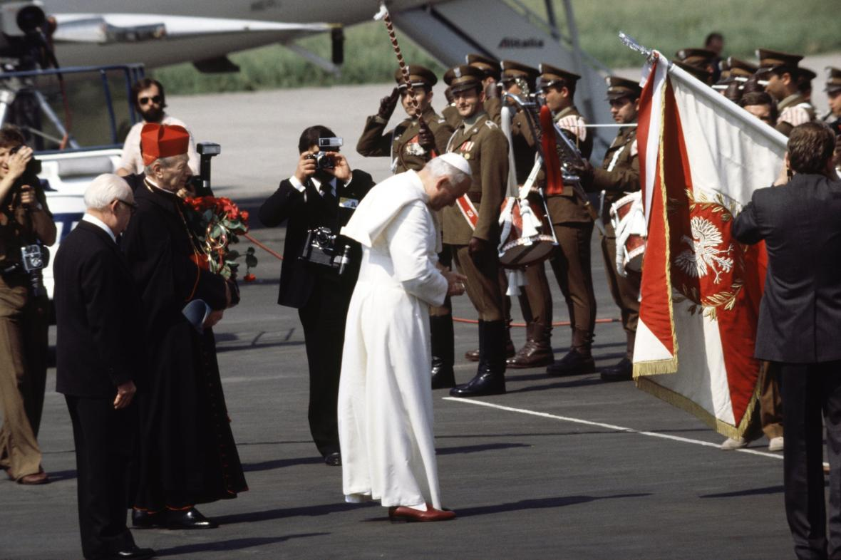Jan Pavel II. po příletu do Varšavy