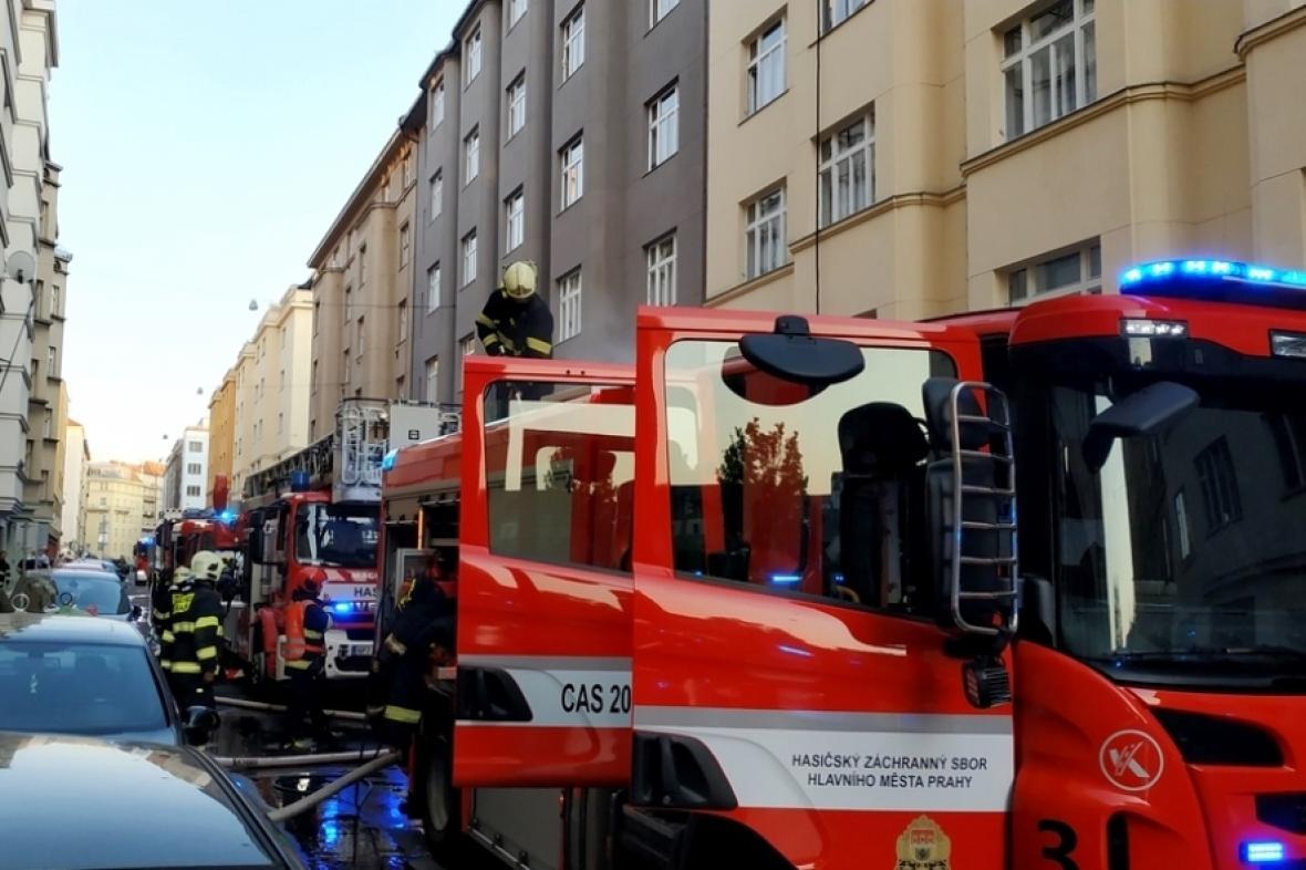 Hasiči v ulici U Smaltovny