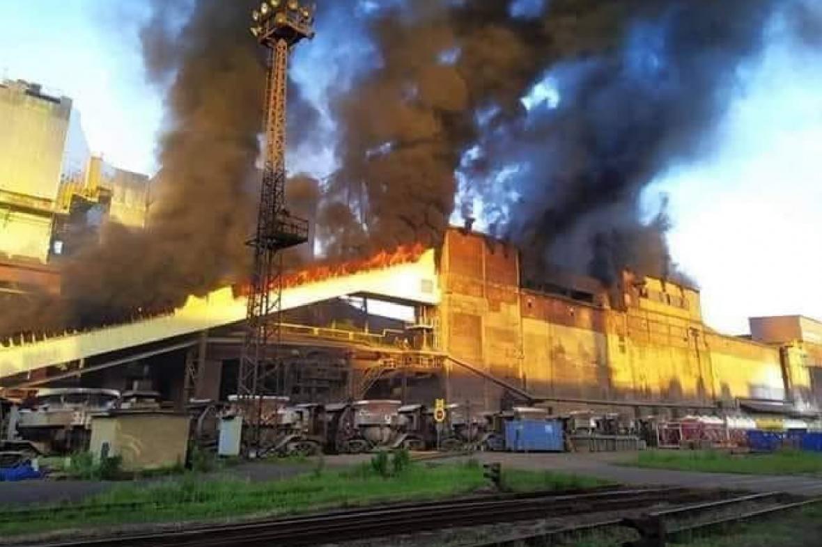 Požár střechy v hutním podniku ArcelorMittal v Ostravě
