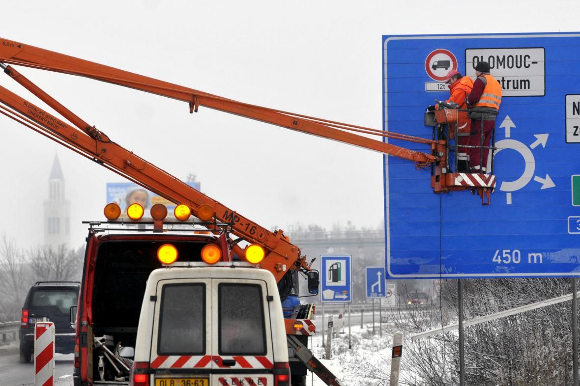 Instalace zákazové značky pro kamiony v Olomouci