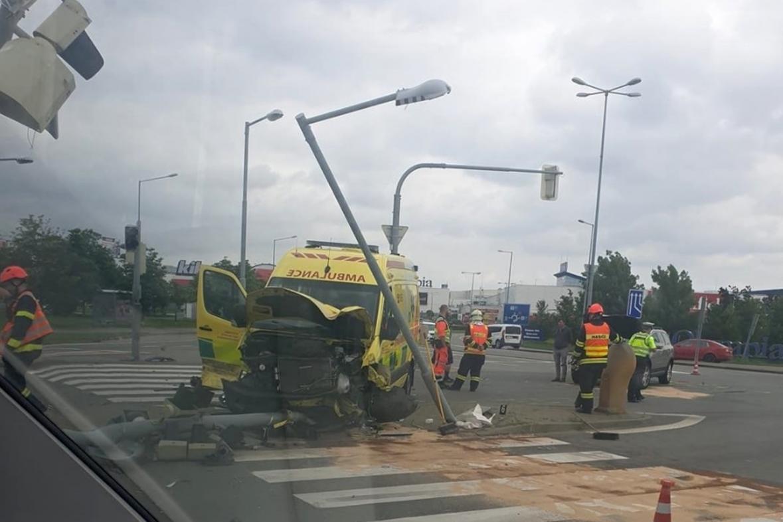 Nehoda sanitky a auta u Brna