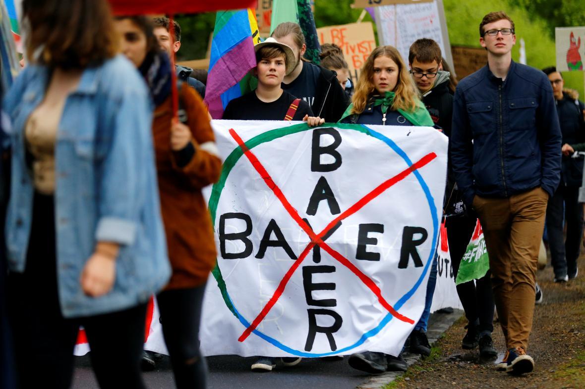 Proti Bayeru protestují tisíce aktivistů i bývalých zaměstnanců