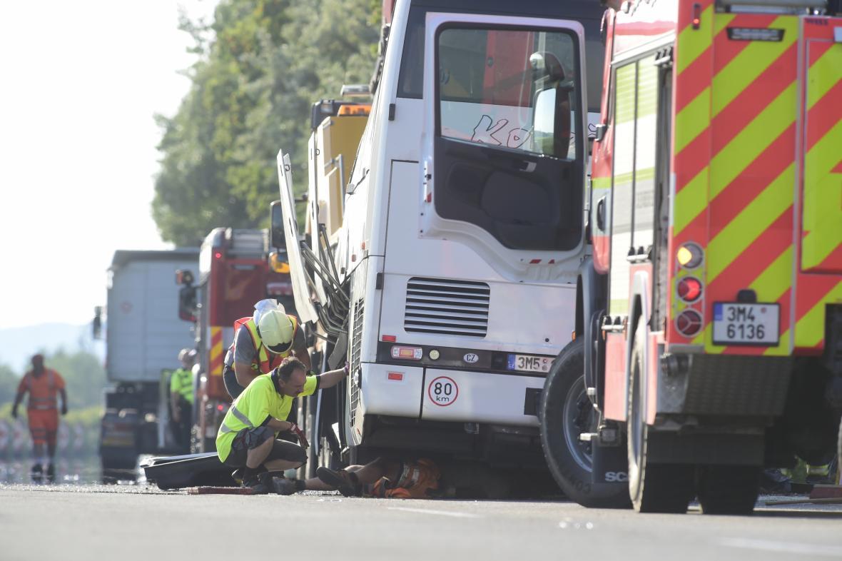 Nehoda autobusu na D25 u Litovle na Olomoucku