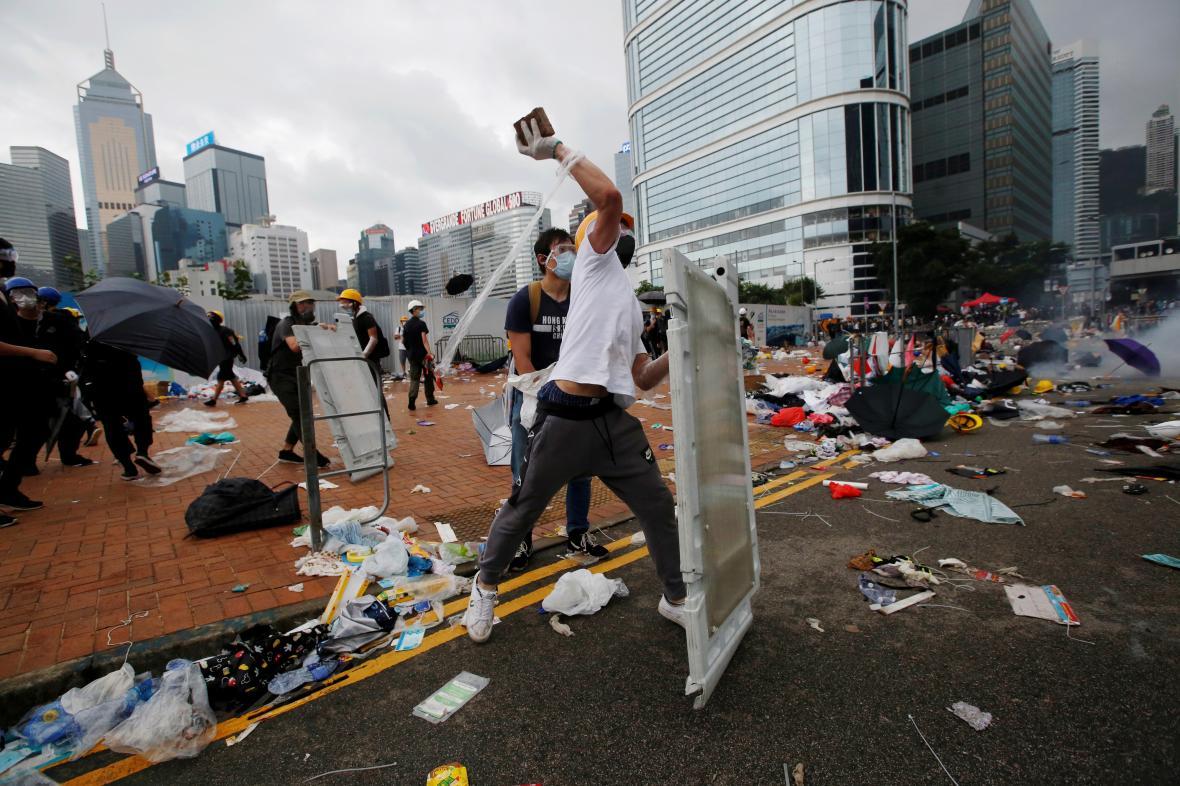 Demonstranti házeli cihly a kameny