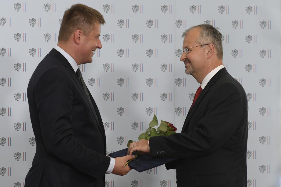 Ministr zahraničí Tomáš Petříček předává cenu Gratias agit Bohdanu Pomahačovi