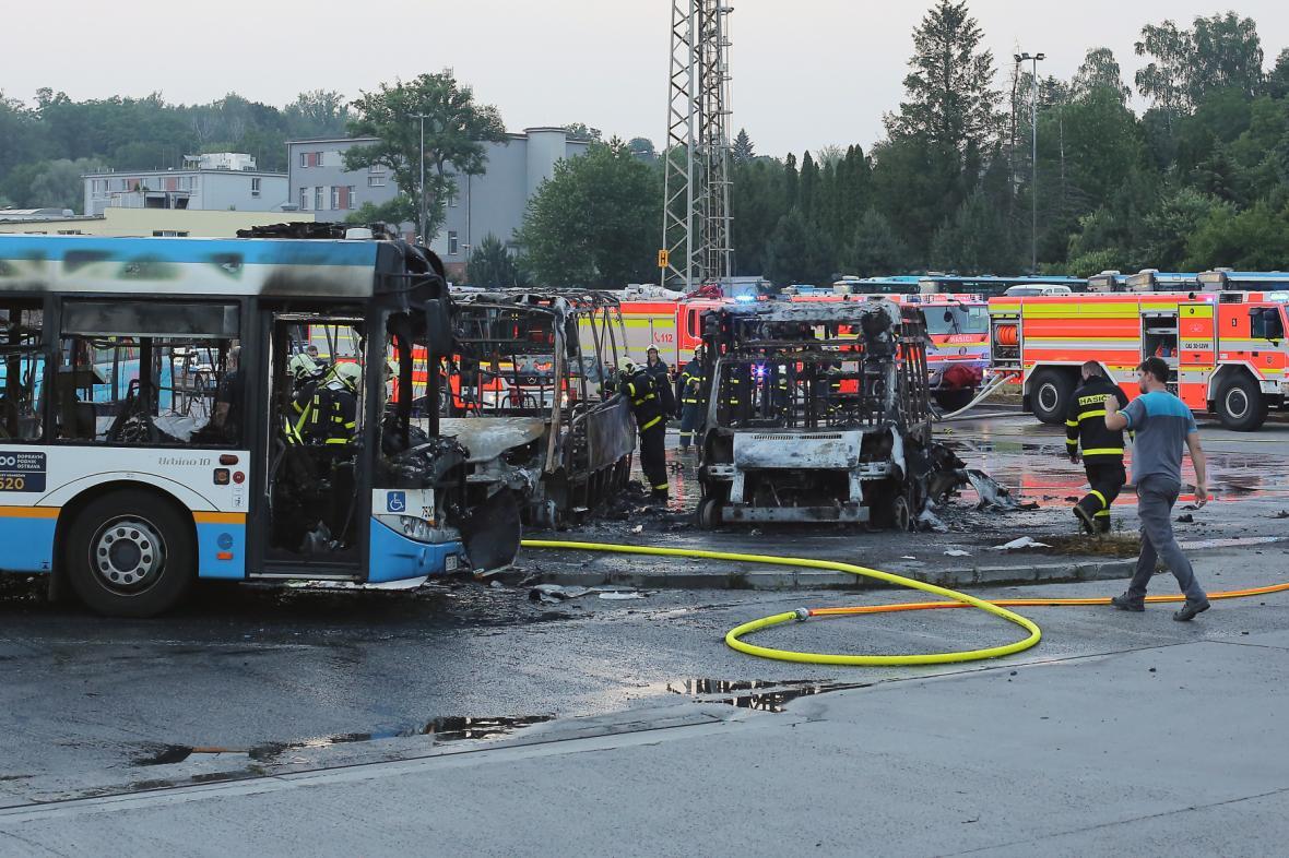 Požár poškodil dvanáct zaparkovaných autobusů