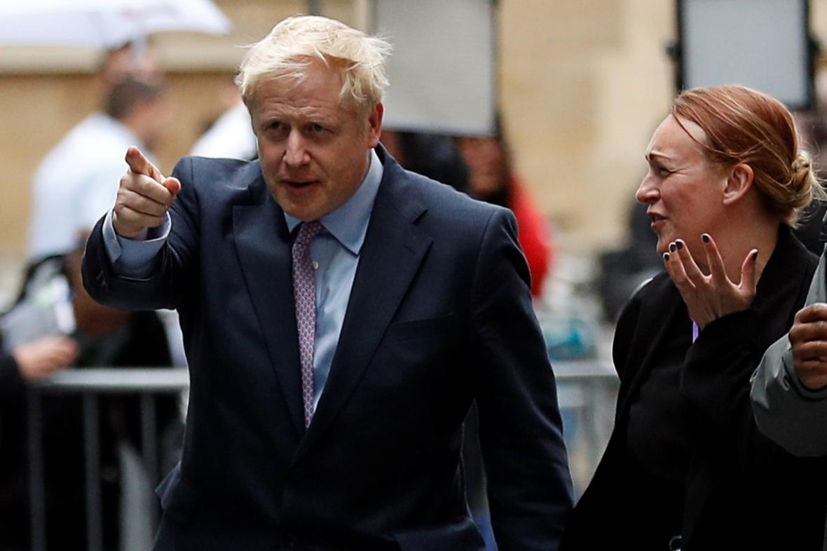 Boris Johnson přichází na debatu v BBC