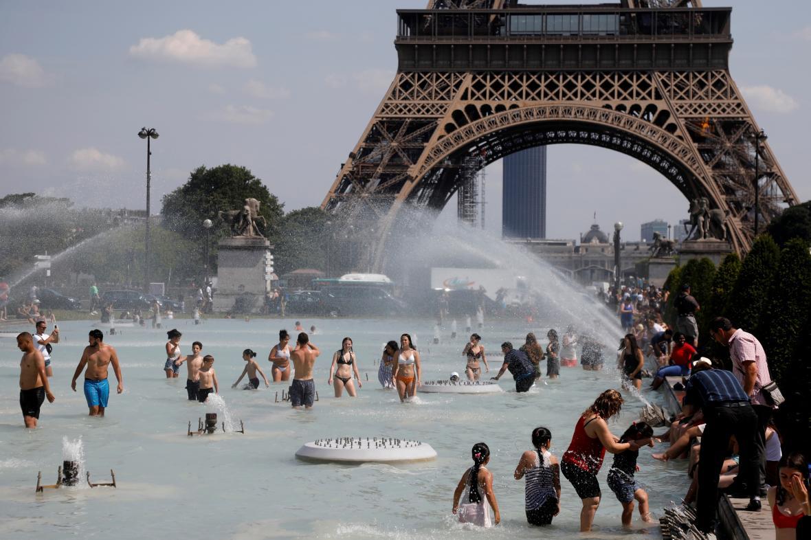 Lidé se ochlazují ve fontánách před Eiffelovou věží