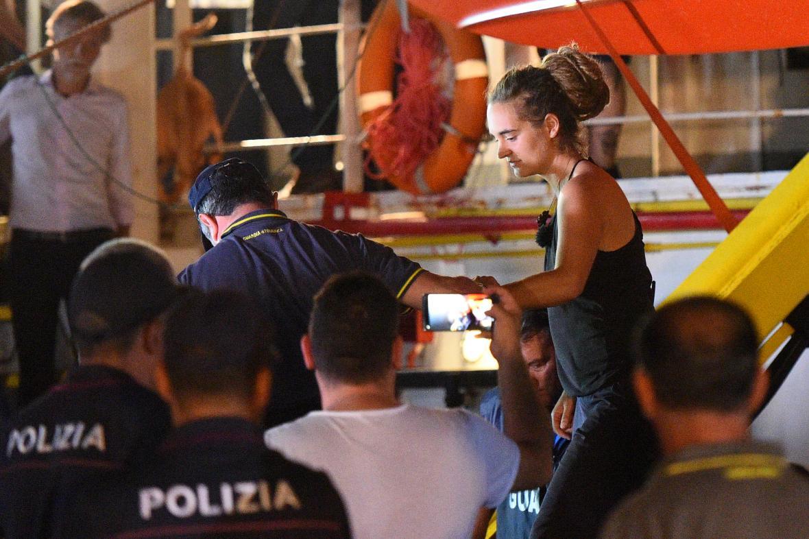 Německá kapitánka lodi Sea-Watch Carola Racketeová je eskortována policií