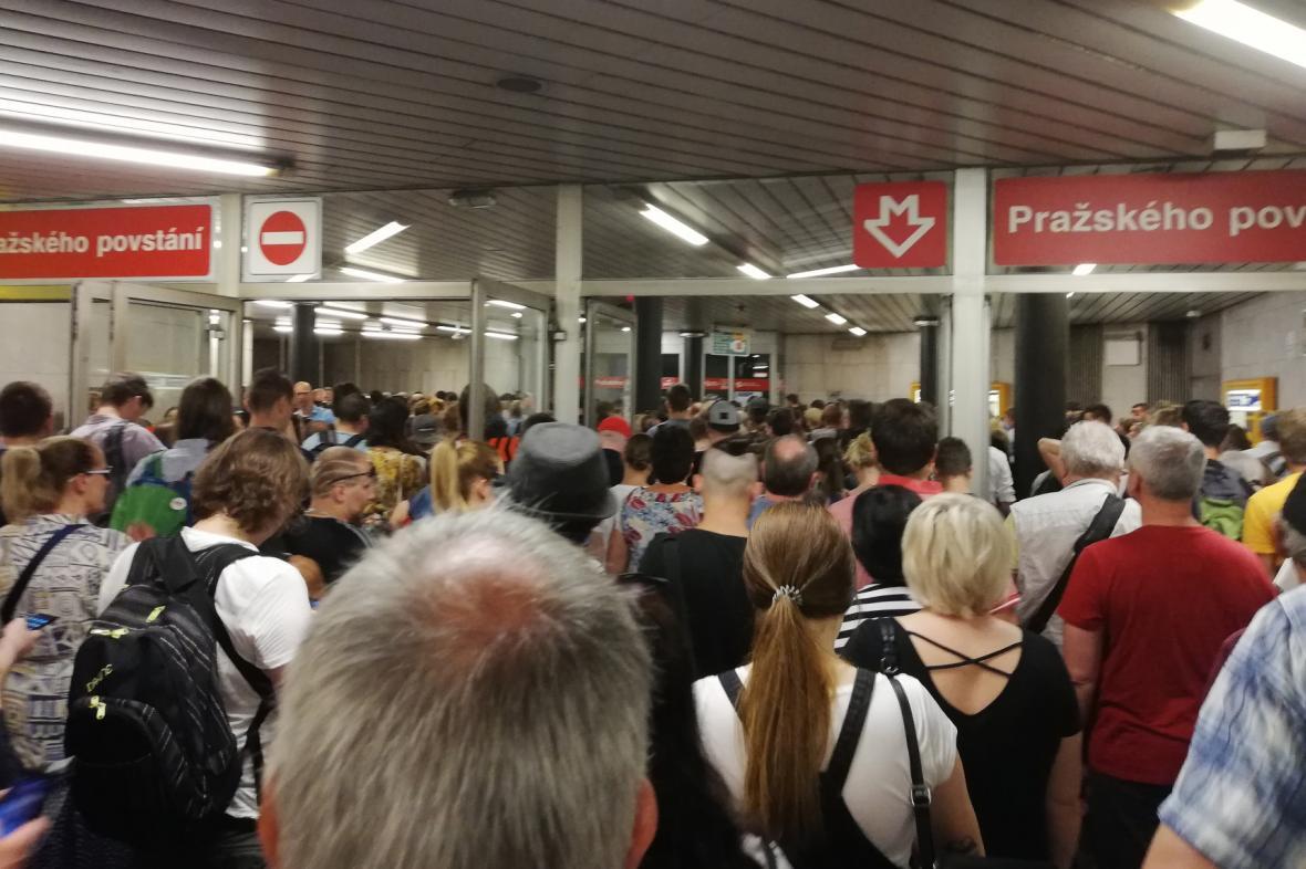 Dopravní kolaps na zastávce metra Pražského povstání