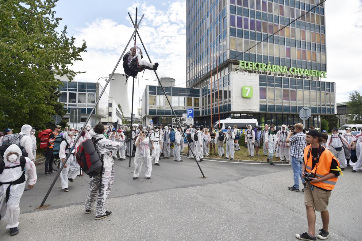Protest u chvaletické elektrárny