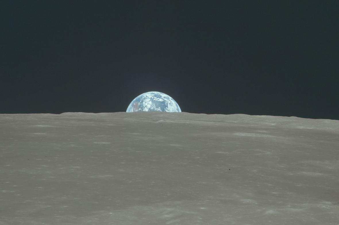 Východ Země na Měsíci