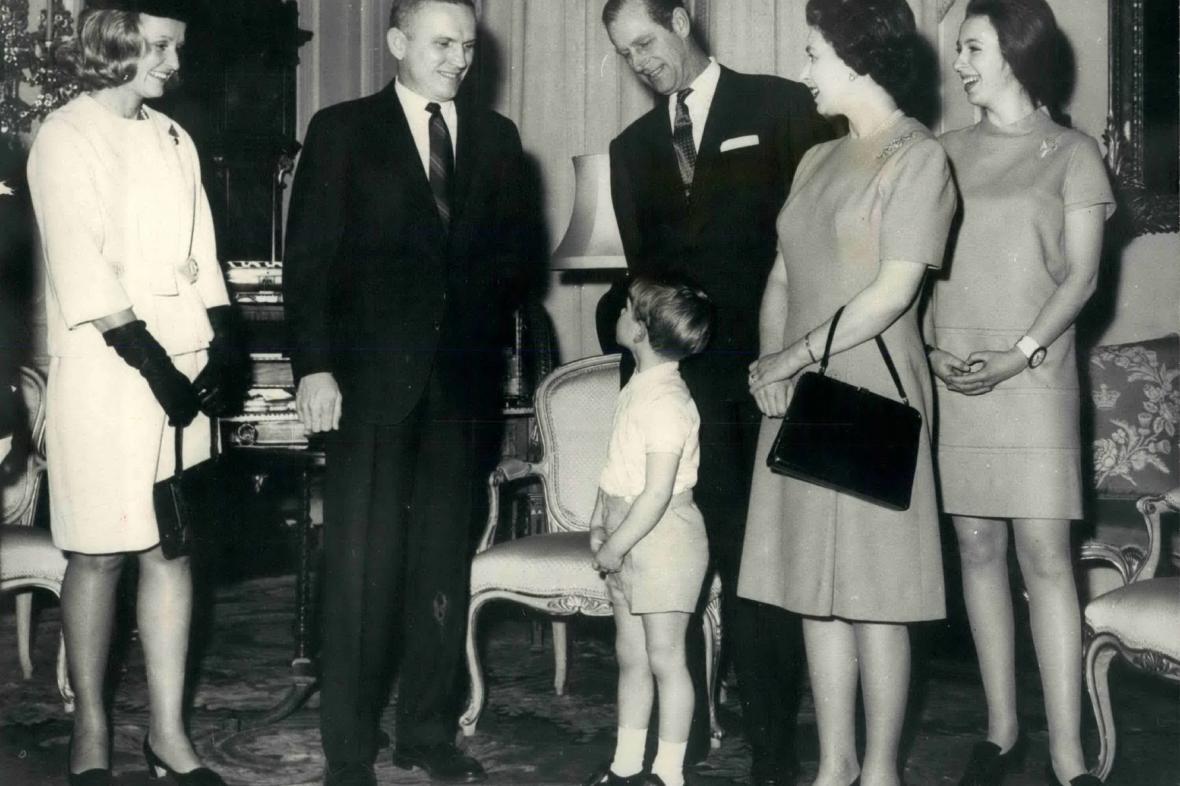 Anglická královna Alžběta s americkým astronautem Frankem Bormanem