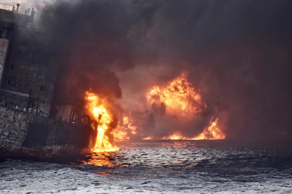 Hořící tanker - ilustrační foto