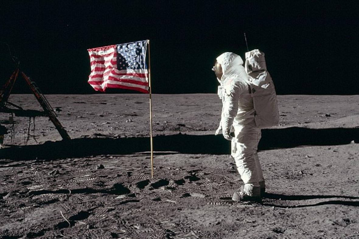 Aldrin u americké vlajky na Měsíci