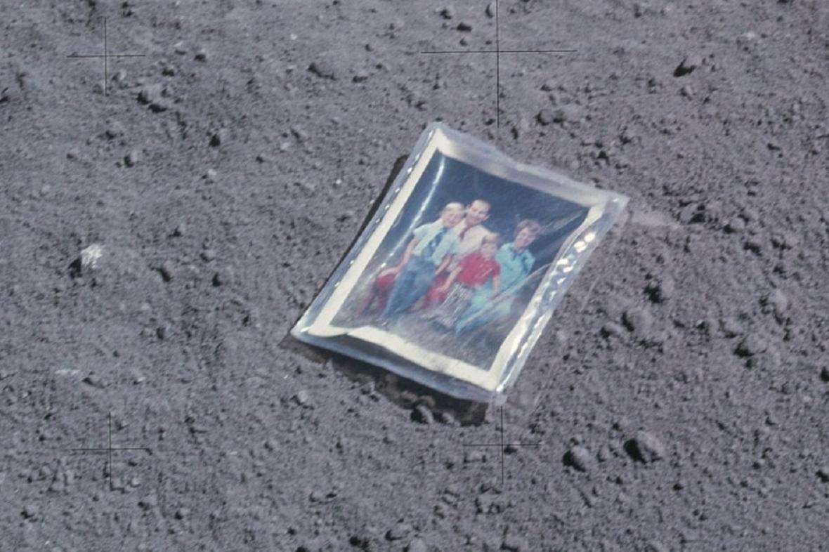 Na Měsíci leží i fotka rodiny astronauta Charlese Duka