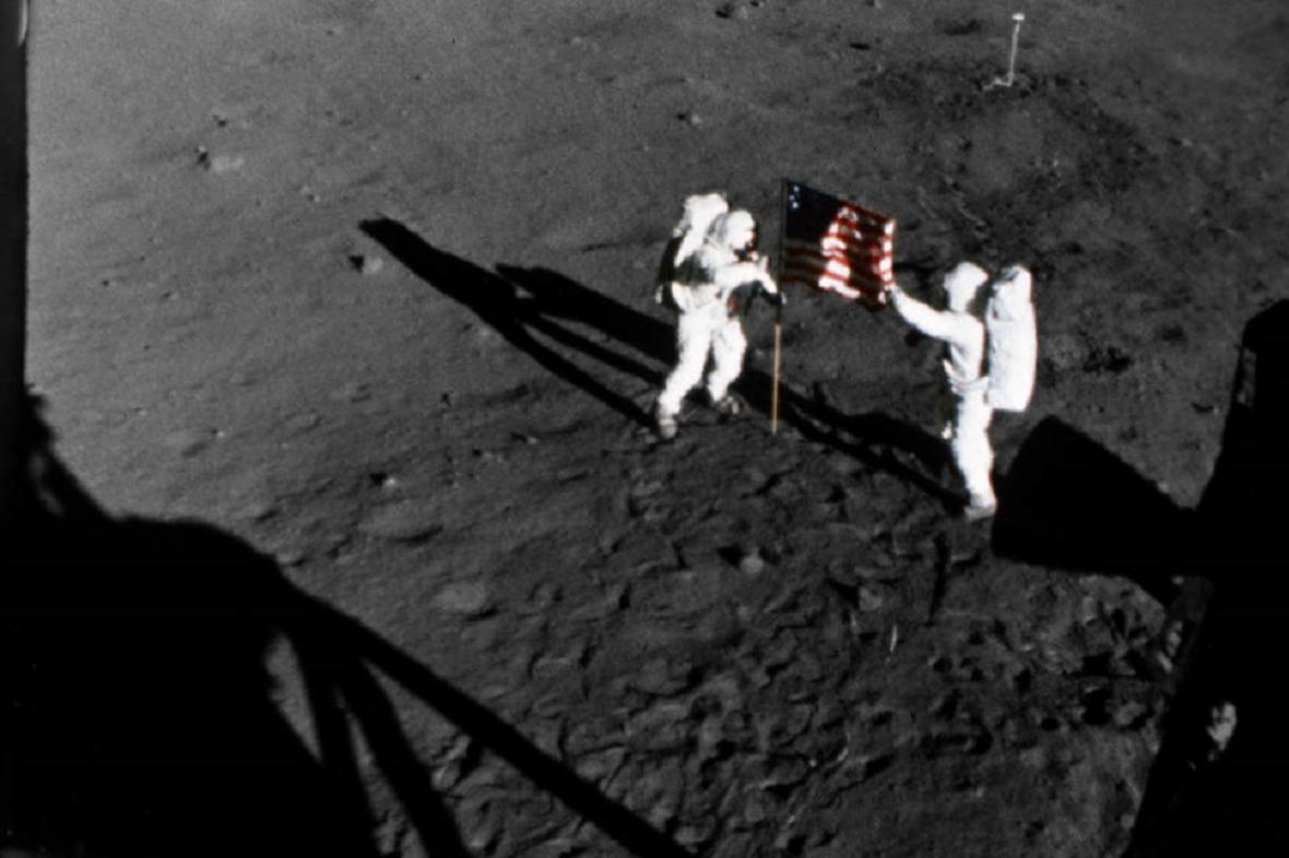 Astronauti zapichují americkou vlajku na Měsíci