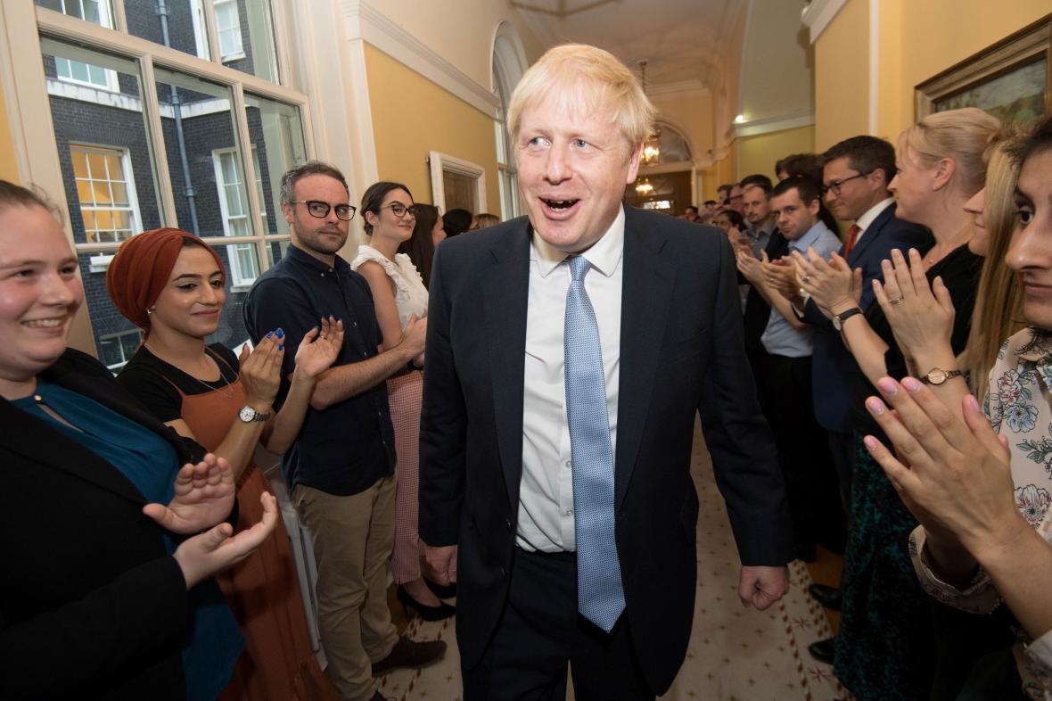Nového premiéra Borise Johnsona vítají v Downing Street 10