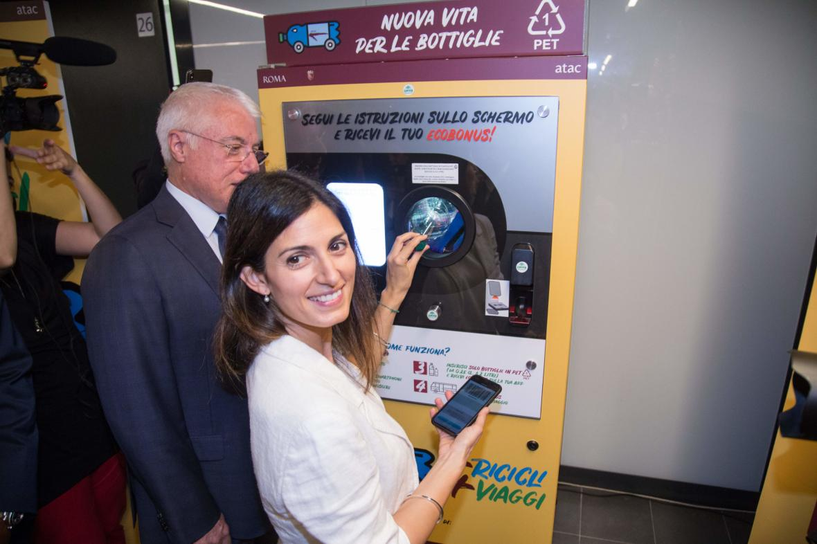 Římská starostka Virginia Raggi ukazuje systém prodeje jízdenek za PET lahve
