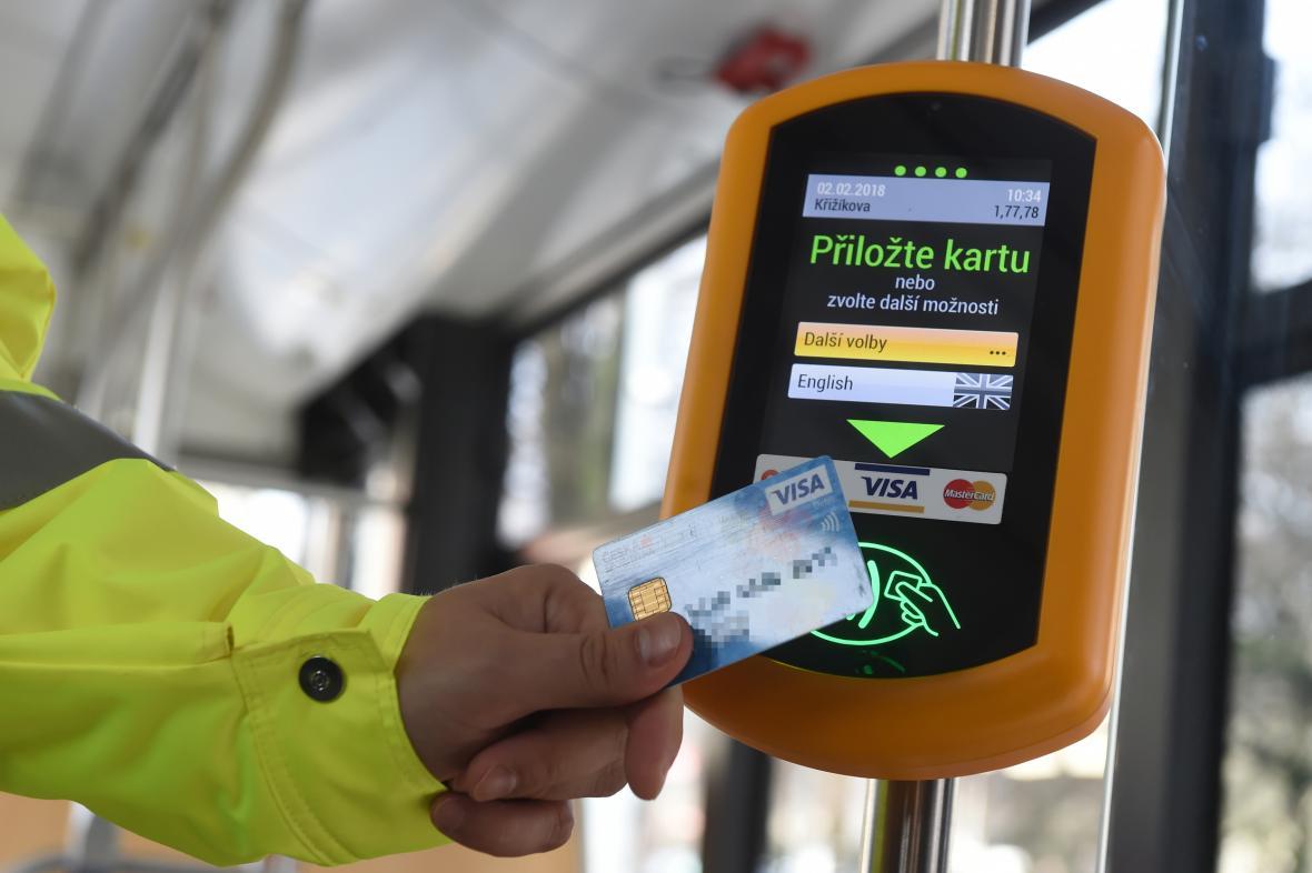 Terminál pro bezkontaktní platbu jízdného v Ostravě
