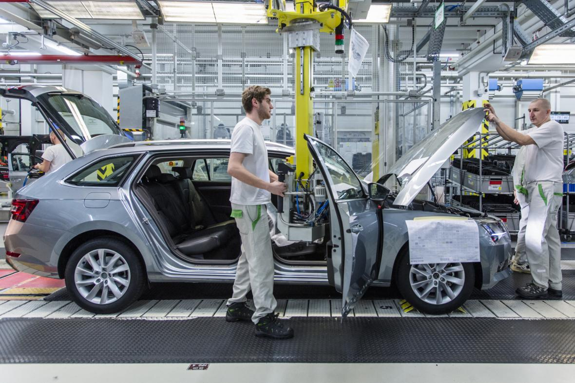Na snímku z roku 2018 kompletují pracovníci na montážní lince model Superb