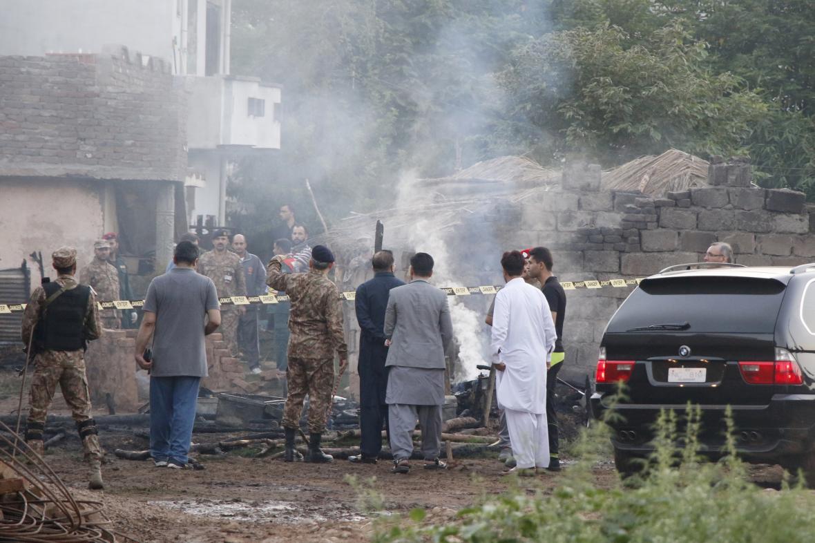 Místo, kde se zřítil vojenský letoun, pákistánská armáda uzavřela