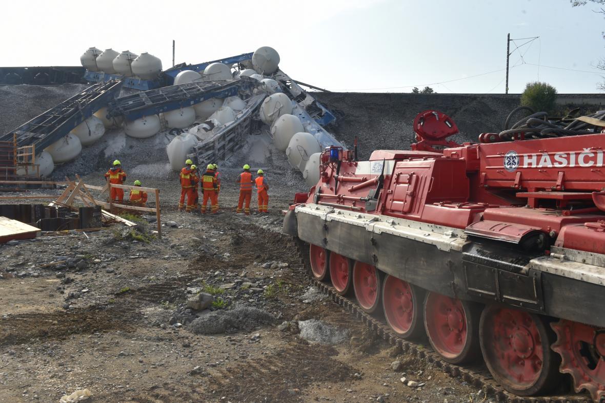 Hasiči odstraňují vykolejený vlak, který převážel vápenec