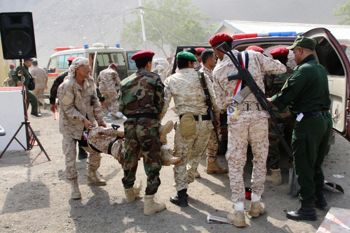 Během vojenské přehlídky v Adenu došlo k útoku