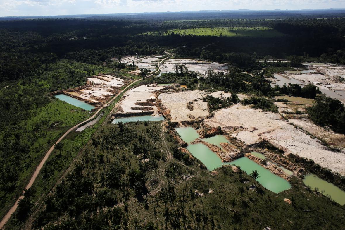 Kus amazonského pralesa zmizel poblíž města Castelo dos Sohnos kvůli nelegální těžbě zlata