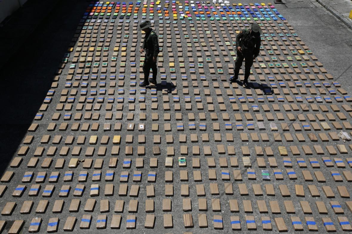 Kolumbijští policisté se zadrženým kokainem - ilustrační foto