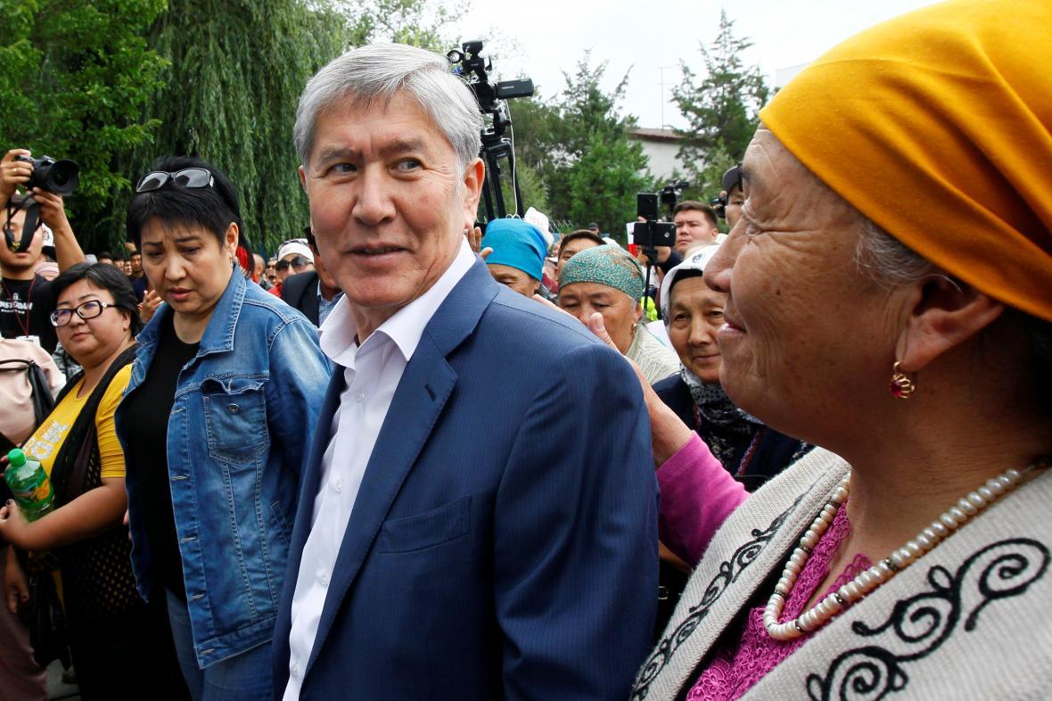 Almazbek Atambajev před zatčením se svými příznivci v Biškeku