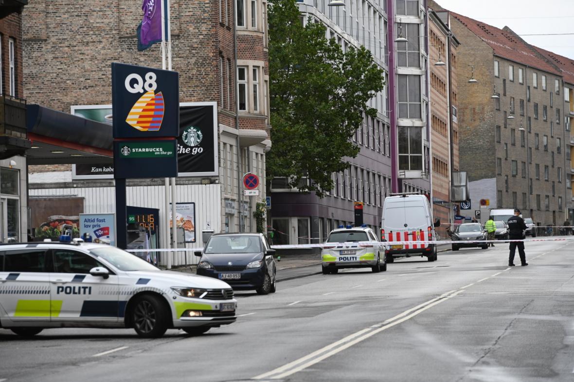 Dánská policie blokuje silnici v Kodani poblíž místní policejní stanice zasažené explozí