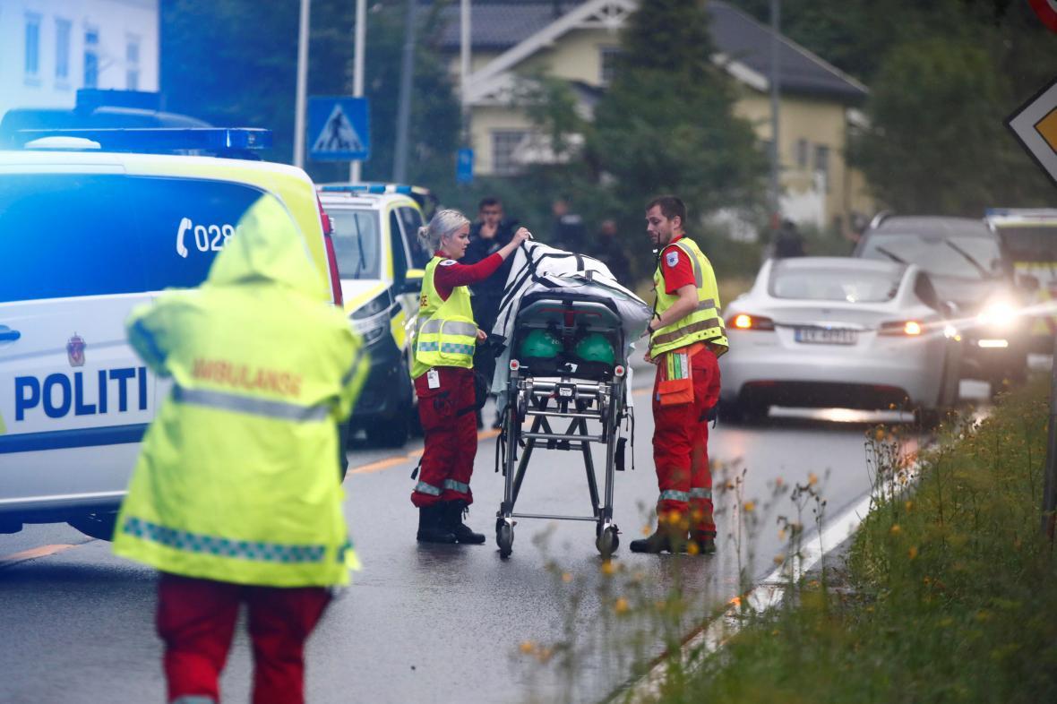 Policie a záchranáři u místa střelby
