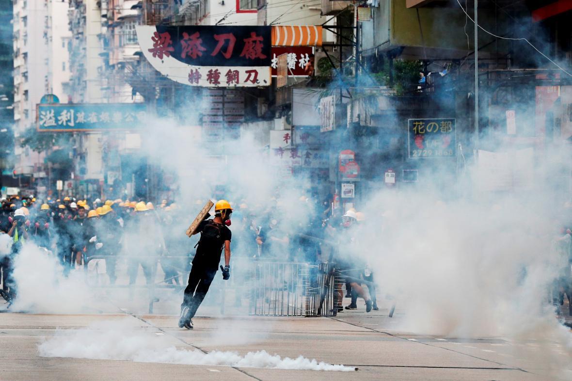 Slzný plyn při protestu v Hongkongu
