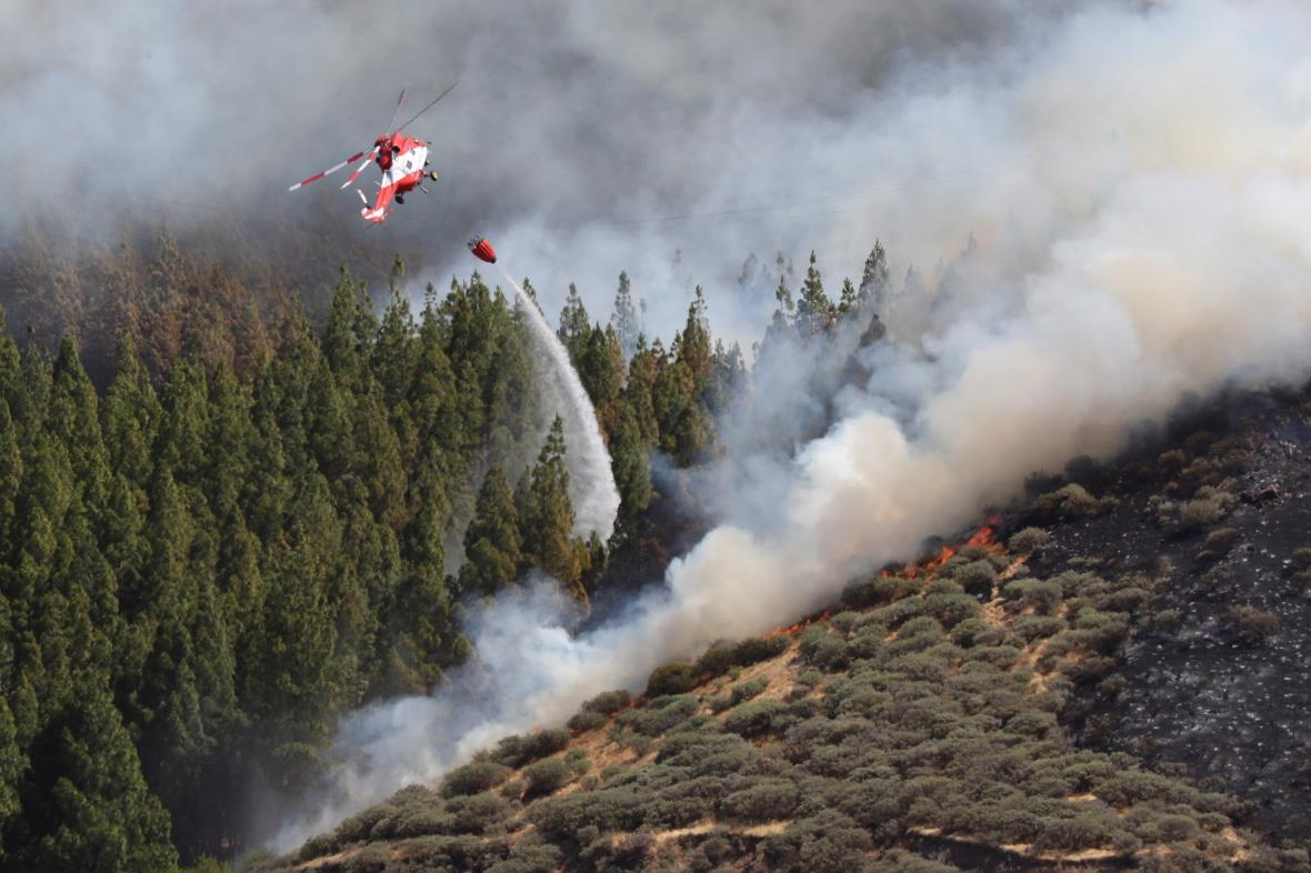 Hašení lesního požáru na ostrově Gran Canaria