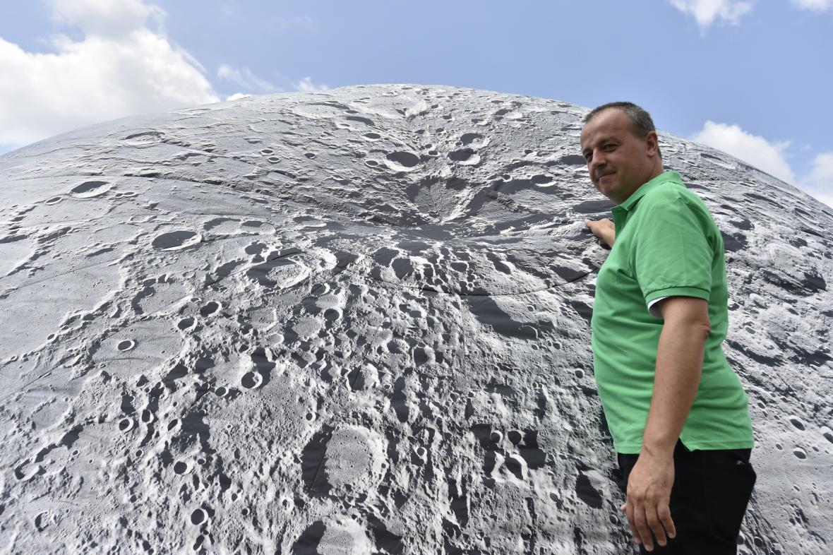 Jiří Dušek u modelu Měsíce