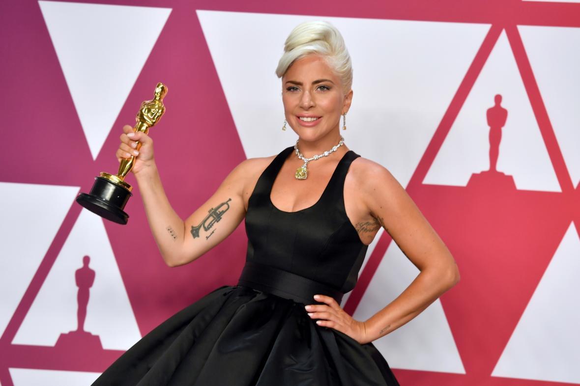 Lady Gaga se soškou Oscara za nejlepší píseň Shallow