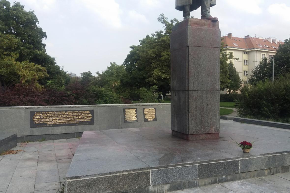 Částečně očištěná socha maršála Koněva