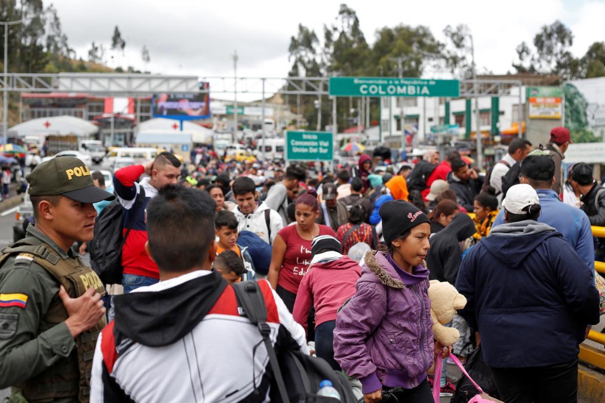 Migranti z Venezuely přecházejí hranici mize Kolumbií a Ekvádorem