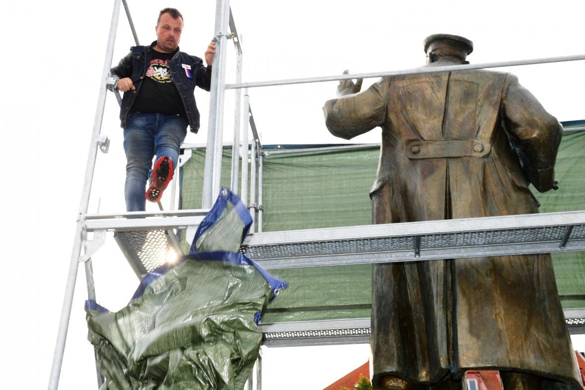 Aktivista Jiří Černohorský znovu sundal plachtu ze sochy maršála Koněva