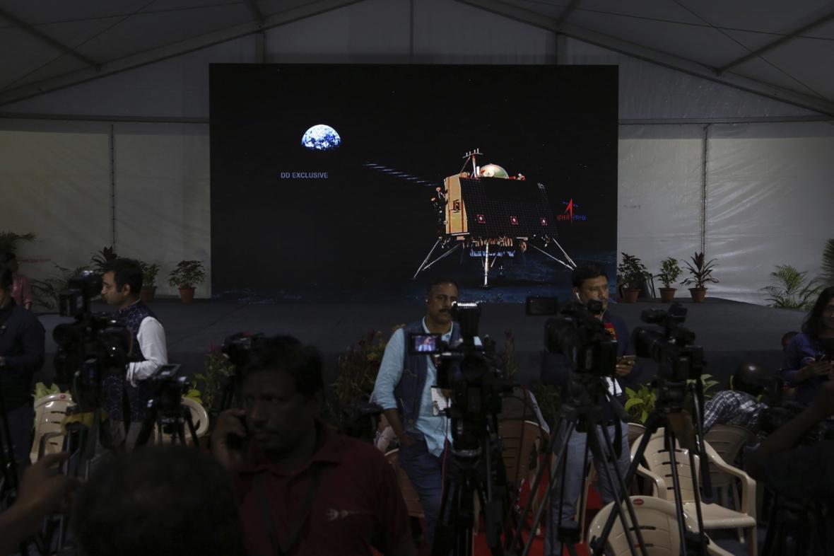ndické kosmické středisko ztratilo kontakt s modulem sondy Čandrájan-2