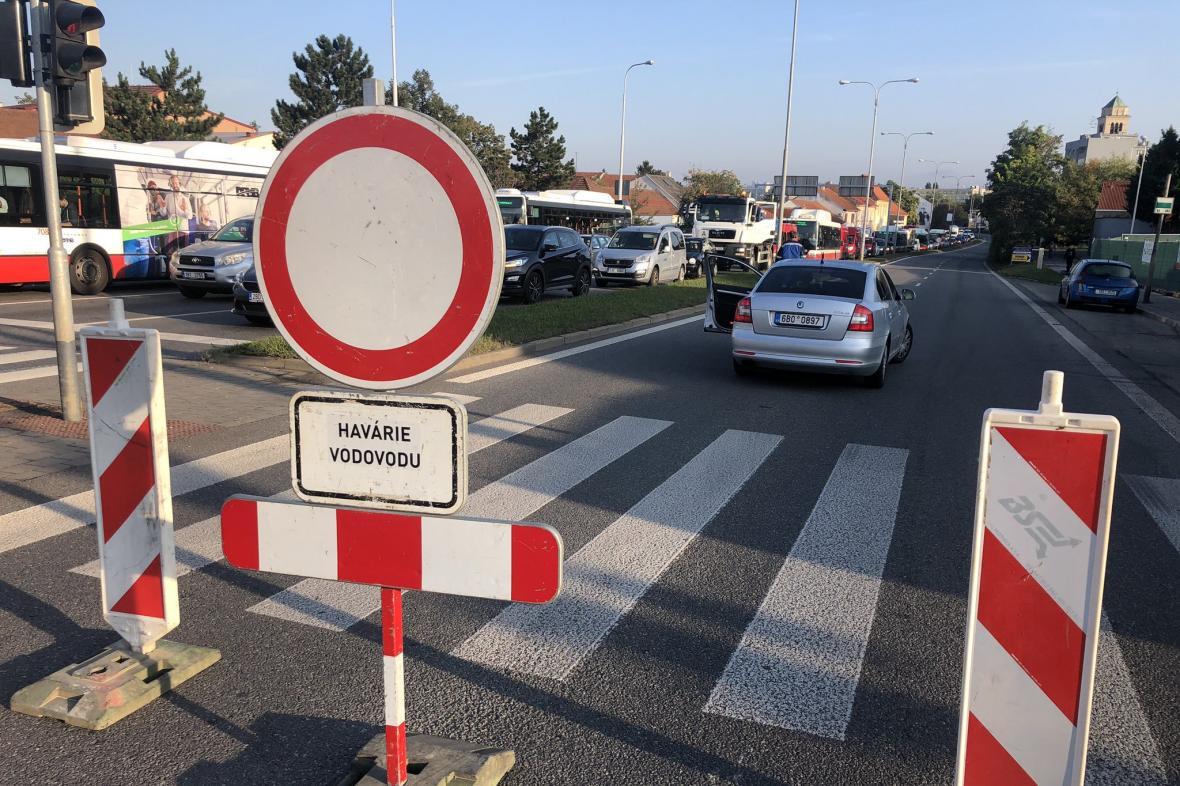Gajdošova ulice byla v úterý ráno uzavřena kvůli havárii vodovodu