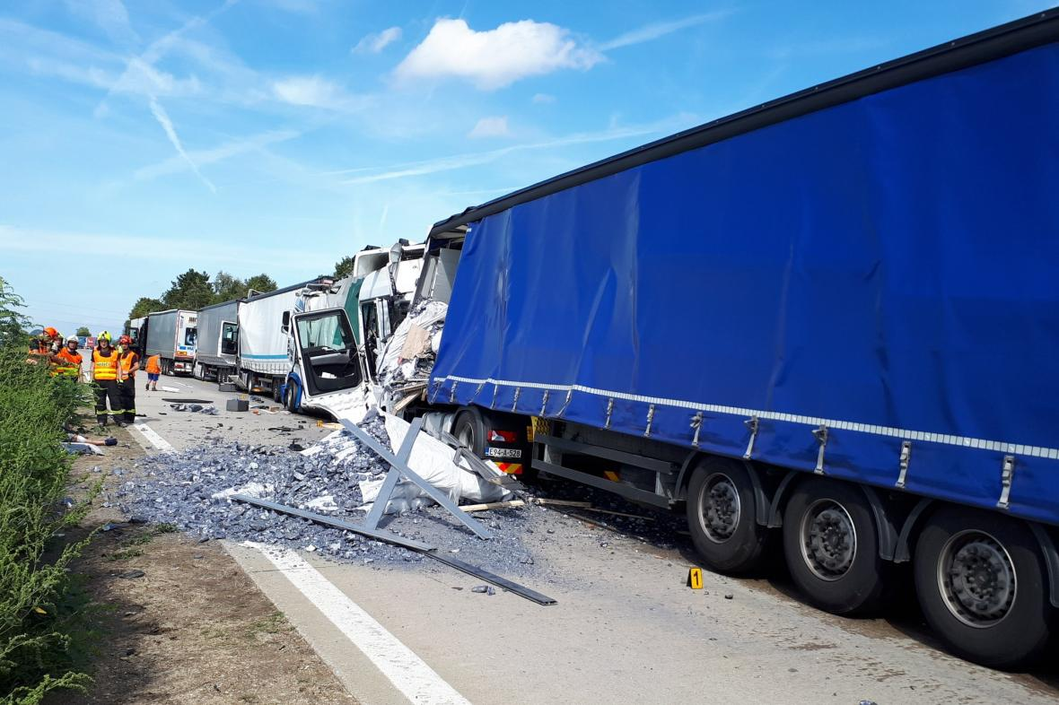 Hromadná nehoda kamionů na D2