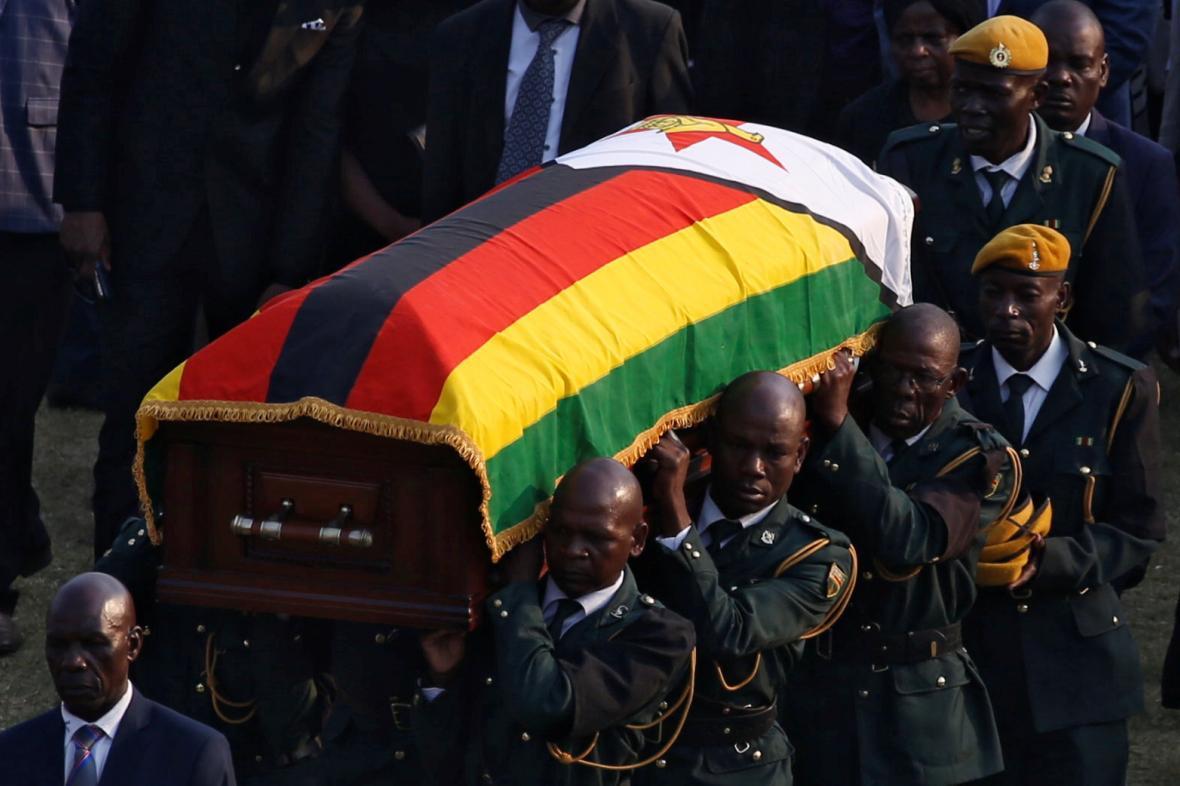 Vojáci nesoucí rakev s Mugabeho pozůstaky