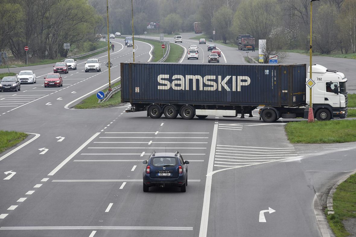 Nebezpečná křižovatka na silnici I/11 před Havířovem