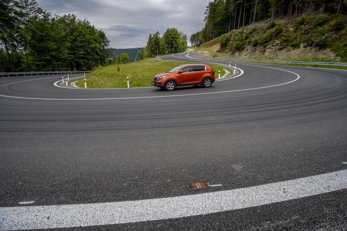 Silnice přes Červenohorské sedlo