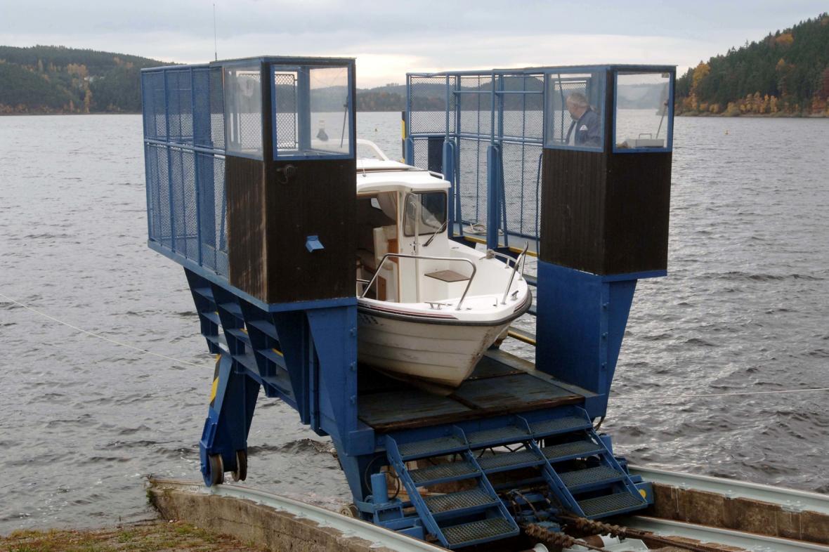 Výtah, umožňující lodím do hmotnosti 3,5 tuny překonat hráz přehrady Orlík