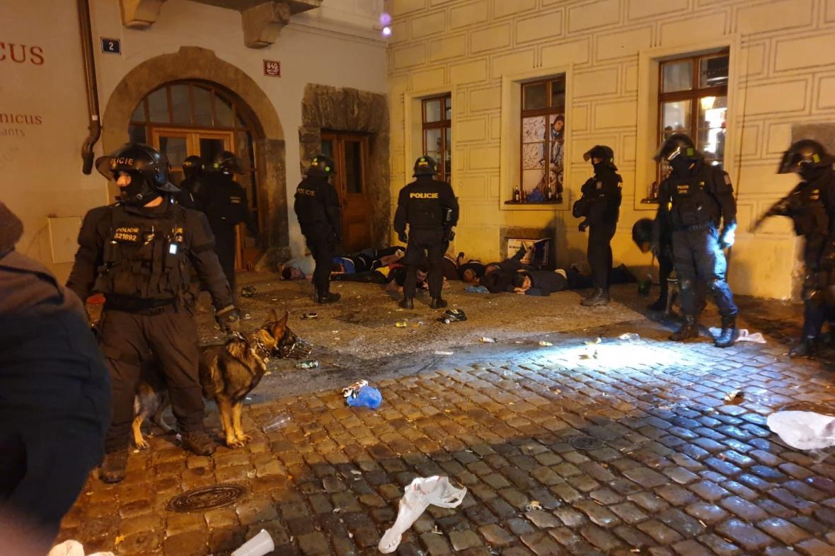 Zákrok policie proti fotbalovým výtržníkům v Praze (11. 10. 2019)