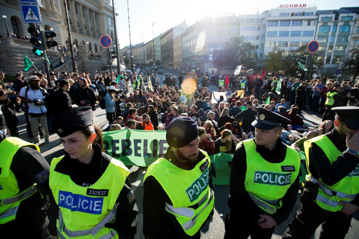 Protest hnutí Extinction Rebellion na pražské magistrále