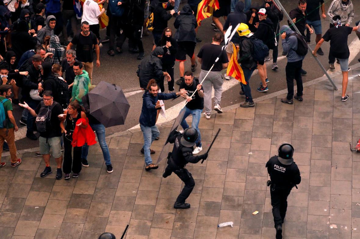 Srážky demonstrantů s policisty na barcelonském letišti
